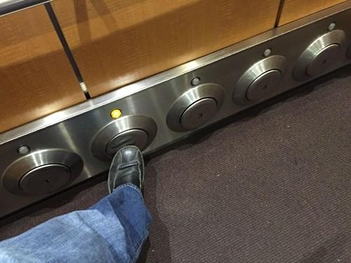 nuetzliche-erfindung-fahrstuhltasten-fuer-die-fuesse