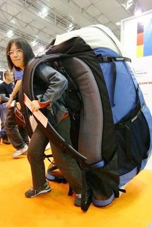 frau-auf-reisen-riesiger-rucksack